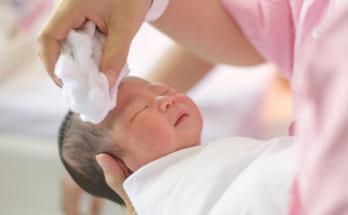 Tắm cho trẻ mới sinh