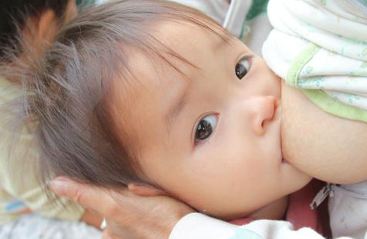 Có nên bú sữa mẹ hoàn toàn trong 6 tháng đầu?