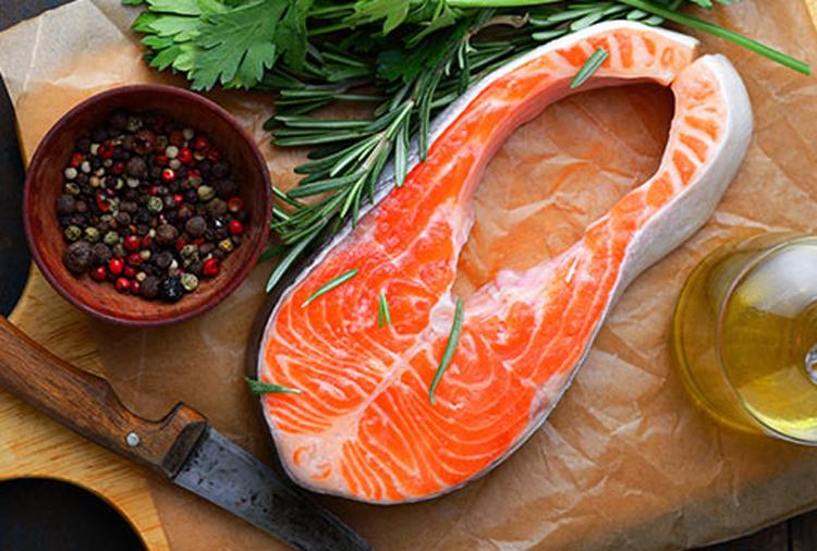 Cá hồi rất giàu vitamin B12 và axit béo omega-3