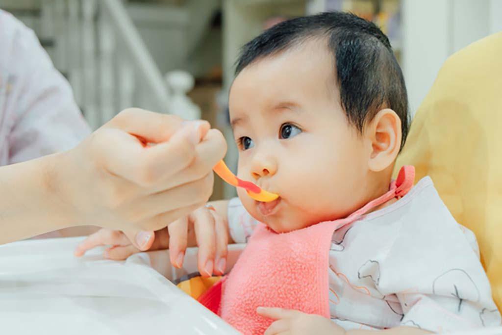 nuôi con bằng sữa mẹ sau sáu tháng